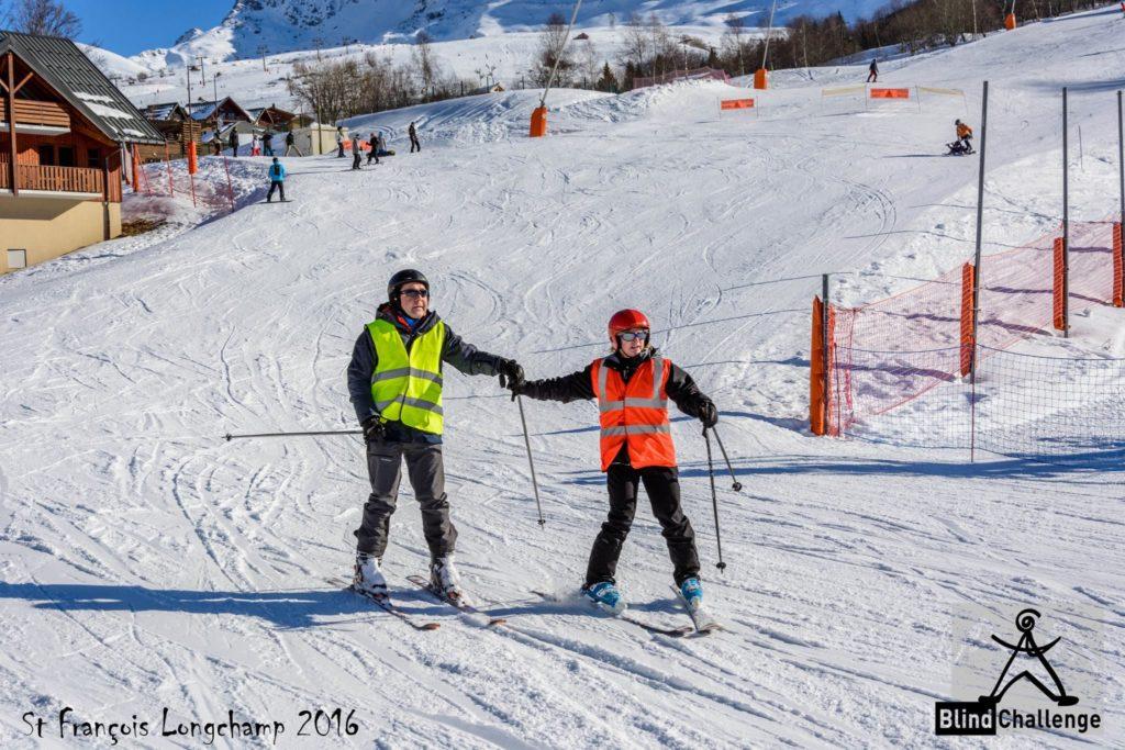 Stage de ski adapté_arrivée en bas de piste d'un duo skieur déficient visuel et son guide