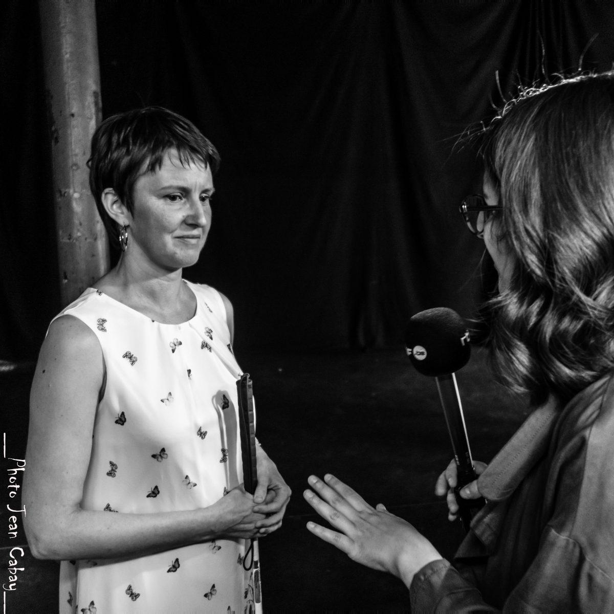 Repas dans le Noir juin 2017_Laurence à l'interview de Natacha Mann (RTBF)
