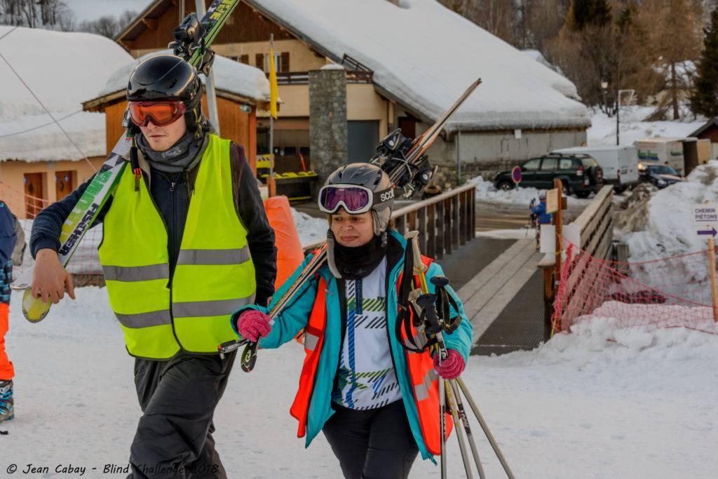 ski adapté_Valloire 2018_duo skieur déficient visuel-guide en marche vers la piste