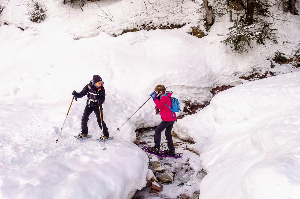 Raquettes 2018_Marie traverse un ruisseau figé par la glace
