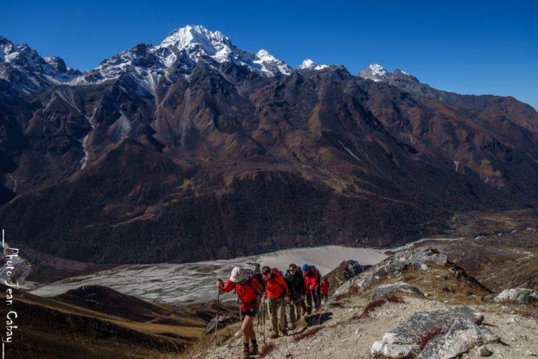 Népal 2016_ascension du TsergoRi. Benoît Denis emmène un groupe parmi lesquels Carine et Victor, déficients visuels