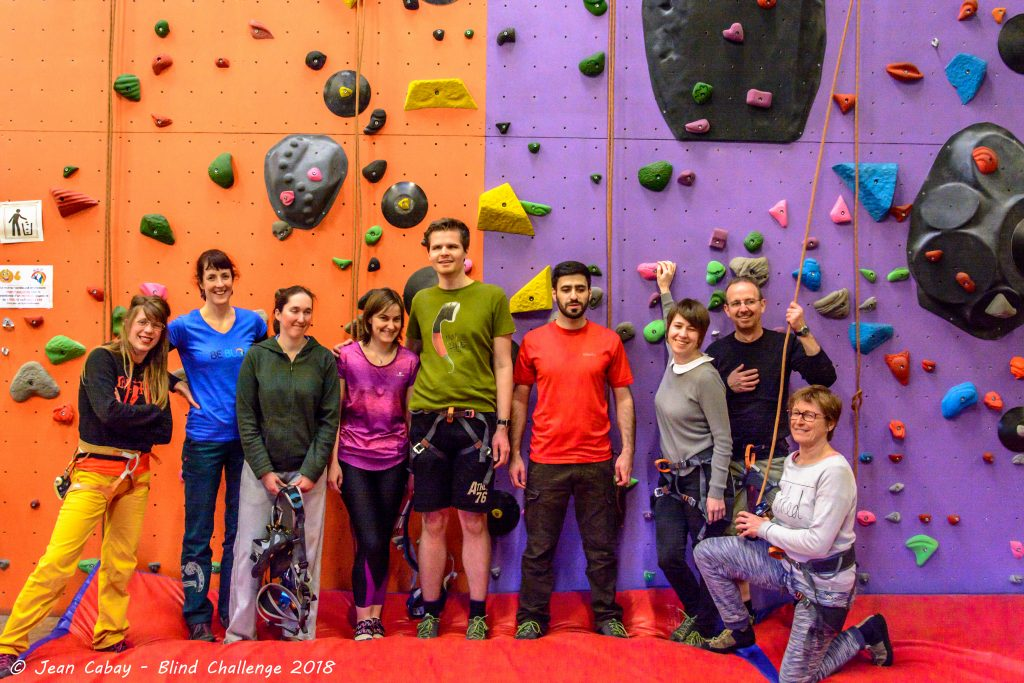 "Escalade indoor 2018_un groupe de participants au pied du ""mur"""