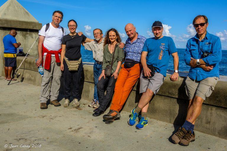Trekking à Cuba 2018_Une partie des participants Blind Challenge sur le Malecon à La Havane.