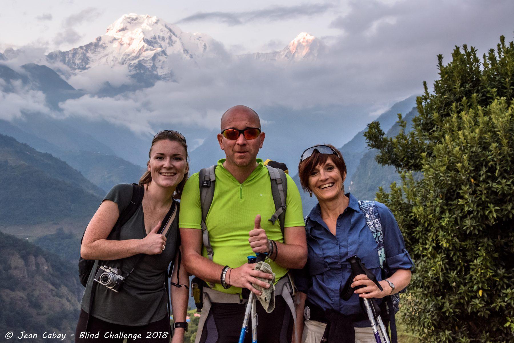 Lolo avec ses guides Julie et Sabine devant le sommet de l'Annapurna South