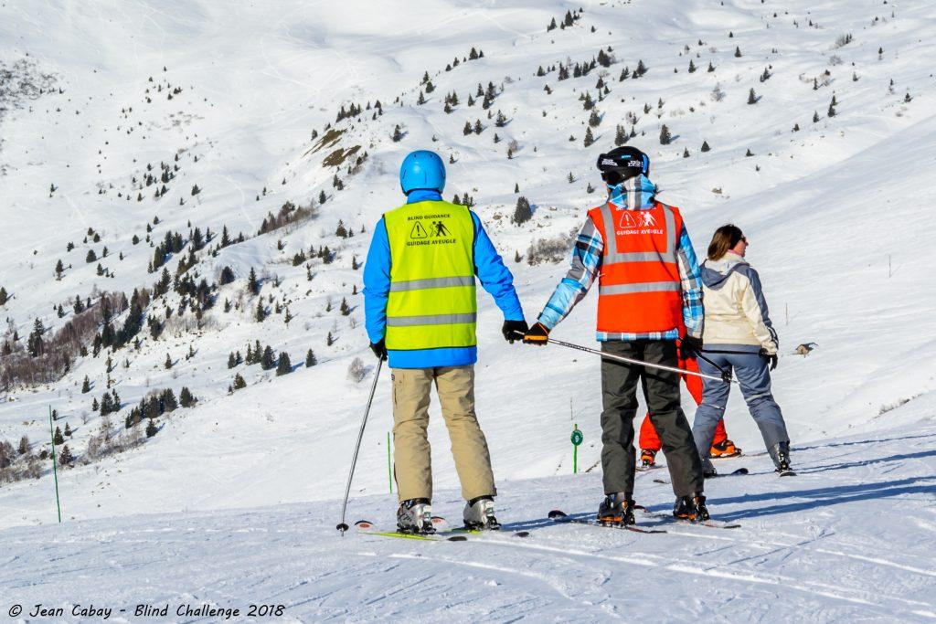 Ski alpin adapté_skieur non-voyant et son guide en haut de la piste