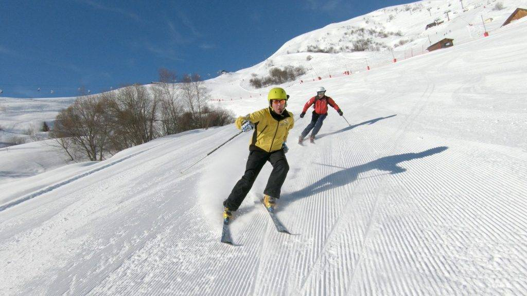 Piste noire_documentaire pédagogique produit par Blind Challenge sur le guidage à ski adapté_Laurent dévale la piste sous les instructions de son guide